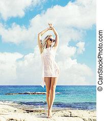 bonito, verão, mulher, férias, tendo, descanso, swimsuit, viajando, praia., branca, concept.
