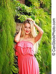 bonito, verão, mulher, jardim, florescer, jovem, verde