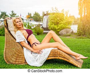 bonito, verão, mulher, jardim, vime, youmg, lounger