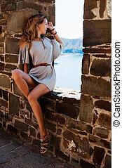 bonito, verão, pedra, sentando, parede, cinzento, menina, vestido, modelo