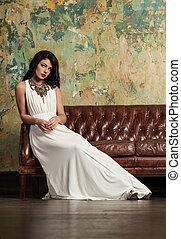 bonito, vestido, assento mulher, sofá, luxuoso, noite, morena