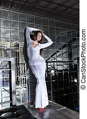 bonito, vestido, mulher, escadas, jovem