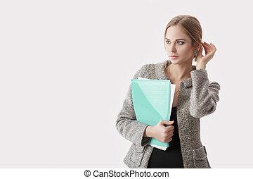bonito, vestido, mulher segura, negócio, cinzento, jovem, casaco, experiência preta, papeis, pasta, sorrindo