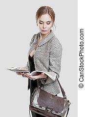 bonito, vestido, negócio mulher, cinzento, casaco, revista, experiência preta, loiro, leitura