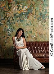 bonito, vestido, noite, sentando, poltrona, jovem, luxo, modelo, branca