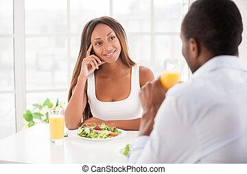 bonito, wonderful!, apenas, sentando, par, jovem, junto, africano, tabela, pequeno almoço, tendo, ele