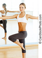 bonito, workout., mulher, dela, esticar, jovem, sportswear, antes de
