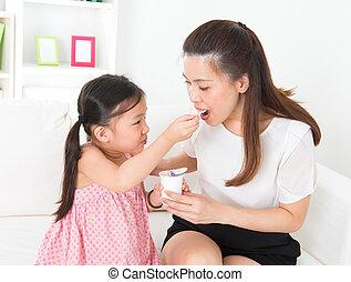 bonito, yogurt, criança, alimentação, mãe