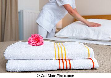 bonne, fabrication lit, dans, chambre hôtel