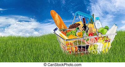 boodschappenmand, gevulde, met, voedingsmiddelen, op, weide