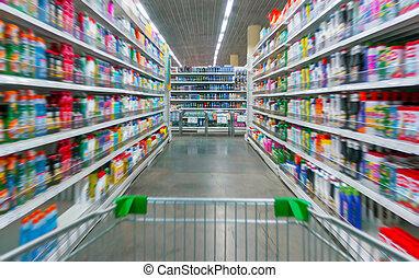 boodschappenwagentje, aanzicht, op, een, supermarkt, gangpad, en, planken, -, beeld, heeft, ondiep, diepte van gebied