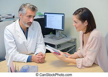 booklets, patient, tenue, docteur féminin