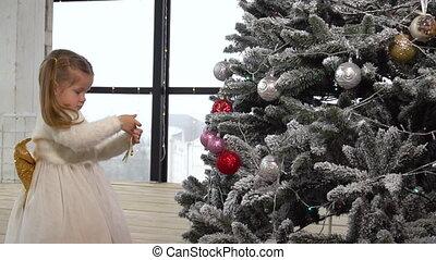 boompje, meisje, decoreren, weinig; niet zo(veel), thuis, kerstmis, speelgoed