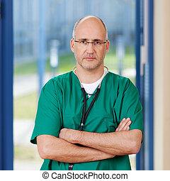 boos, chirurg, gekruiste armen, schrobt