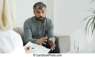 boos, mens het spreken, over, zijn, gezin, porblems, met, vrouwlijk, psycholoog, in, haar, kantoor, binnen