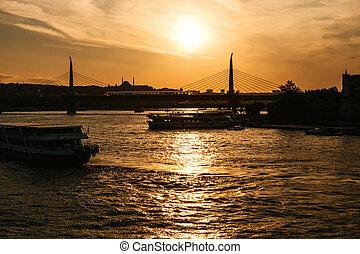 boote, segel, entlang, der, bosphorus, auf, der, hintergrund, von, schöne , ansichten, von, istanbul, an, sunset.