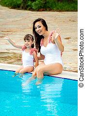 bord, bébé, maman, jeune, été, fille, mer, regard, blanc, séance, swimsuits, famille, pool., vêtements, même