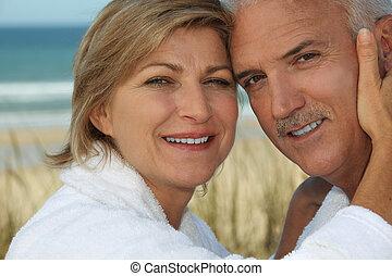 bord mer, couple, apprécier, vacances, délassant