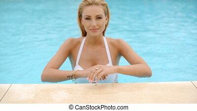bord, piscine, penchant, femme souriant