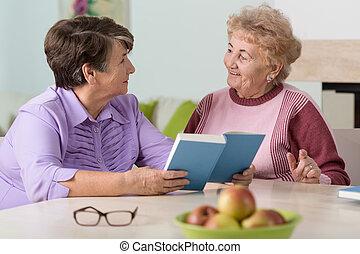 bord, senior women, sittande