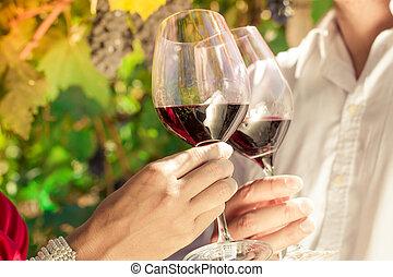 borkereskedő, párosít, csengő, bor szemüveg, alatt, szőlőskert