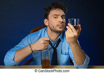 borracho, hombre, bebida, alcohol, en la mesa