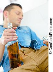 borracho, hombre, en, el suyo, sofá