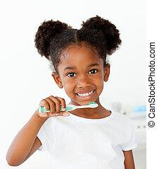 borstning, afroamerikansk, henne, tänder, stående, flicka