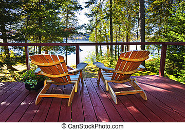bosque, cabaña, cubierta, y, sillas
