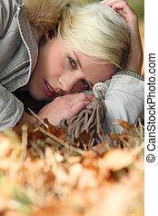 bosque, mujer, otoñal, acostado, piso