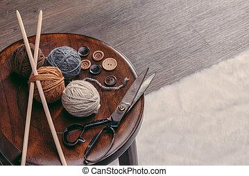 botón, tijeras, y, hilo, pelota, en, silla de madera
