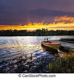 bote, deduziu, ligado, lago, em, pôr do sol