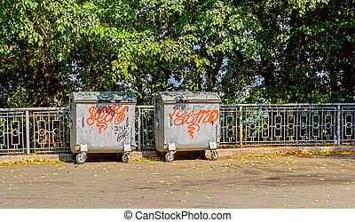 botede basura, contra, árboles verdes, plano de fondo, en el estacionamiento