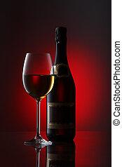 botella, con, vino rojo, y, vidrio, en, un, rojo, gradiente