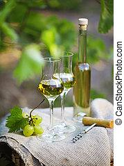 botella de licor, o, grappa, y, anteojos, con, ramo uvas