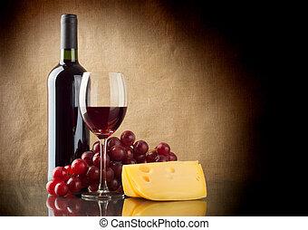 botella, de, rojo, un, ramo, uvas rojas, y, un, pedazo, de, queso