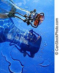 botella de vidrio, y, agua