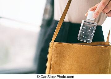 botella, desinfectar, el caminar de la mujer, sanitiser, pequeño, mano, gel, manos, dosificador, covid-19, yendo, público, trabajo, cuándo, alcohol, utilizar, lavado, bolsa, sanitizer, afuera