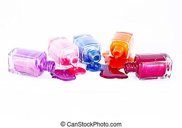botellas, con, derramado, esmalte uñas, encima, fondo blanco