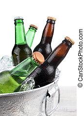 botellas de cerveza, en, hielo, buclet, primer plano
