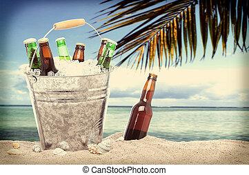 botellas de cerveza, en, un, cubo, de, hielo, tropical, instagram