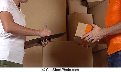 botenservice, in, orange uniform, geben, a, kasten, zu, customer., kartons, hintergrund