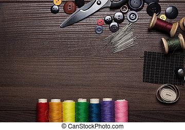 botones, de madera, multicolor, agujas, hilos, tabla