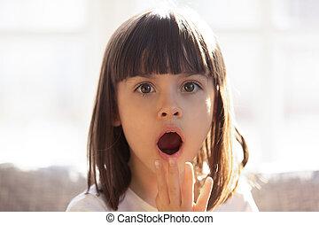 bouche, portrait, girl, choqué, ouvert, peu, coup, tête