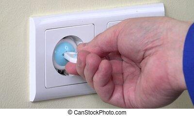 bouchon, insertion, électricité, chargeur, enlever, main, sécurité, sortie