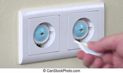 bouchon, insertion, fil, électricité, enlever, main, sécurité, sortie