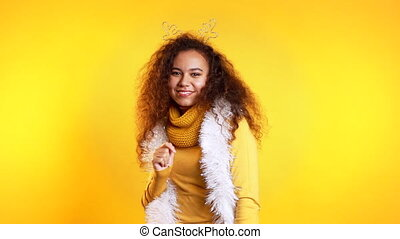bouclé, girl, course, jeune, jaune, noël, tête, mélangé, arrière-plan., danse, sourire, mood., wreath., coiffure, femme, nouveau, studio, joli, année