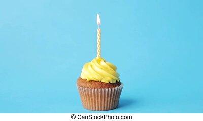 bougie, petit gâteau, anniversaire, brûlé, une