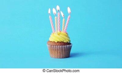 bougies, anniversaire, cinq, brûlé, petit gâteau