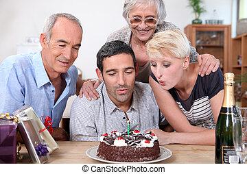 bougies, anniversaire, femme, famille, souffler